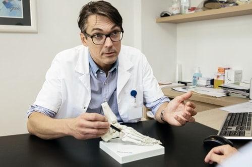 Uitleg van dokter met plastieke voorstelling